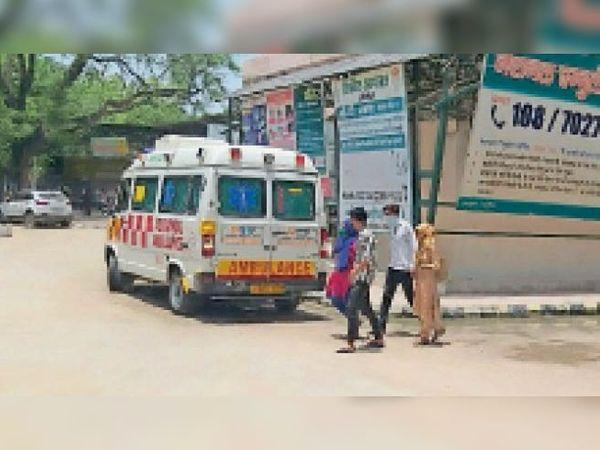 सोनीपत. सिविल अस्पताल में खड़ी एंबुलेंस। - Dainik Bhaskar