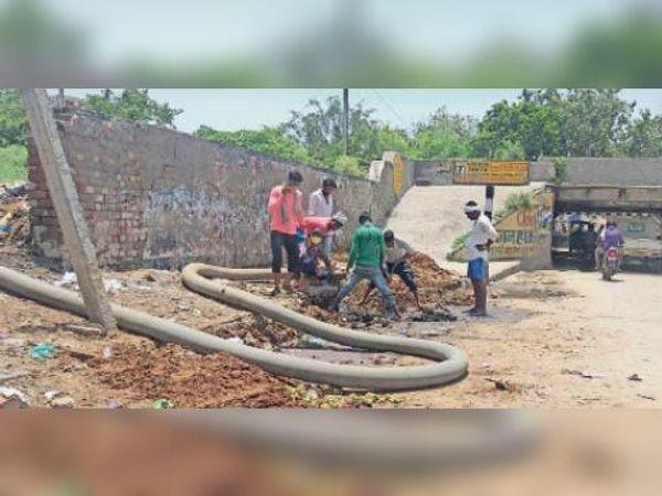 सोनीपत. शनि मंदिर के पास सफाई करते कर्मचारी। - Dainik Bhaskar