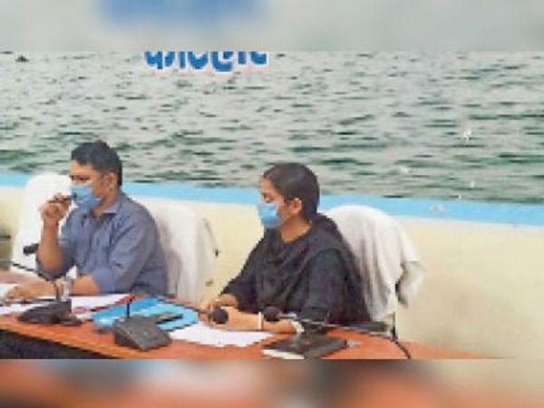 मंगलवार को समीक्षा बैठक करते डीएम व डीडीसी। - Dainik Bhaskar
