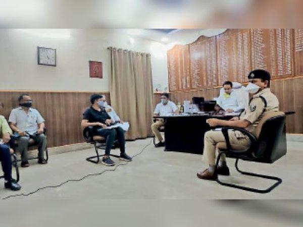 मुख्य सचिव के वीडियो कांफ्रेंसिंग में शामिल होते जिला स्तरीय अधिकारी। - Dainik Bhaskar
