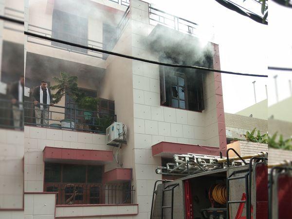 पानीपत. सतकरतार काॅलाेनी में घर में लगी आग बुझाते दमकलकर्मी। - Dainik Bhaskar