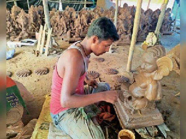 बैतूल। छोटी प्रतिमाओं के ही निर्माण पर मूर्तिकारों का जोर है। - Dainik Bhaskar