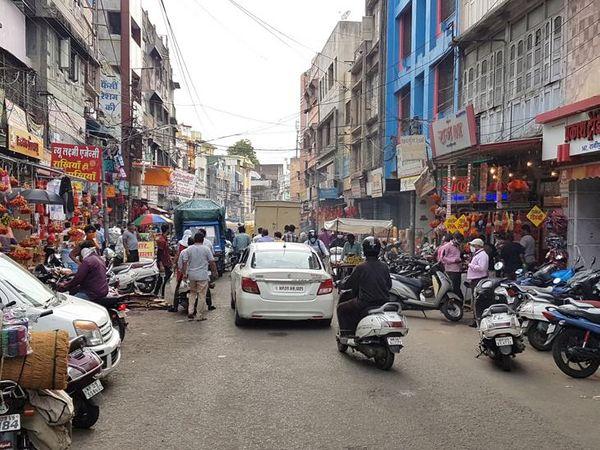 अनलॉक के बाद से लगातार बाजार में भीड़ बढ़ रही है, यही कारण है कि इंदौर में एक बार फिर से कोरोना का प्रकोप बढ़ने लगा है। क्लॉथ मार्केट में बड़ी संख्या में लोग खरीदारी करने पहुुंच रहे हैं। - Dainik Bhaskar