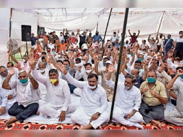 परिजात चौक पर धरने पर बैठे व्यापारी व राजनीतिक दलों के नेता प्रदर्शन करते हुए। - Dainik Bhaskar