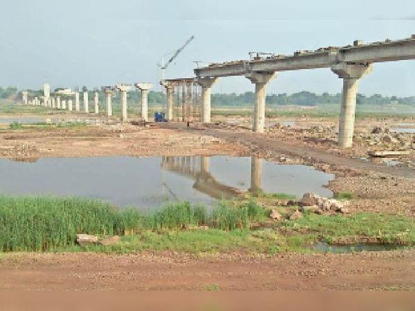 हरदा। मजदूराें की कमी से बंद हुअा छीपानेर पुल का निर्माण। - Dainik Bhaskar