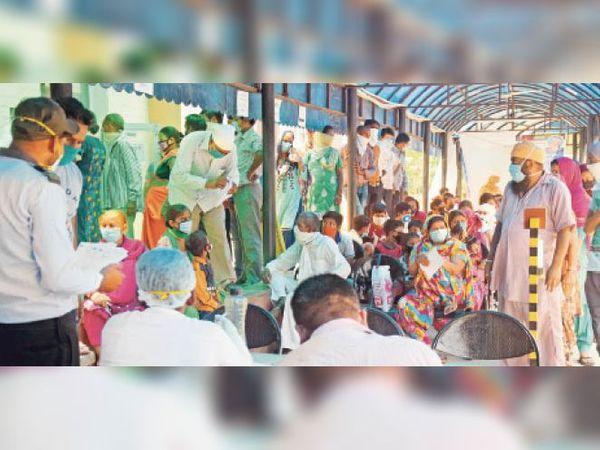 अम्बाला सिटी | सिविल अस्पताल में मंगलवार को काेराेना टेस्ट करवाने के लिए भीड़ जुट गई। गर्मी और उमस भरे मौसम में अस्पताल प्रशासन की व्यवस्था भी ऐसी रही कि उनको बिना सोशल डिस्टेंसिंग के बिठाए रखा। - Dainik Bhaskar