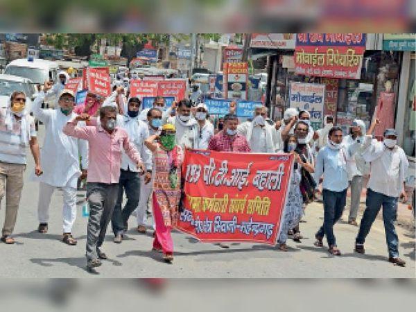 नाैकरी बहाली की मांग काे लेकर शहर में प्रदर्शन करते पीटीआई शिक्षक व अन्य गणमान्य नागरिक। - Dainik Bhaskar
