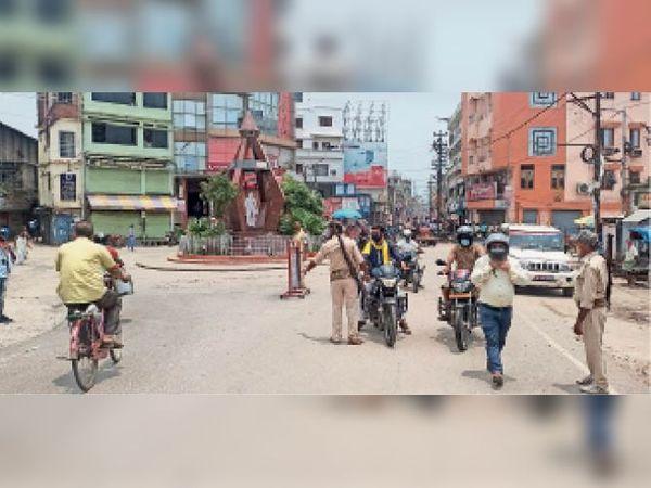 लॉकडाउन में शहीद चौक पर वाहन जांच करती पुलिस। - Dainik Bhaskar