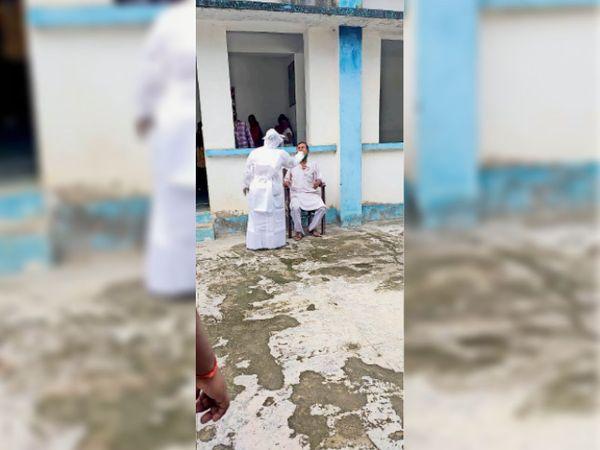कोरोना जांच के लिए सैंपल लेती मेडिकल टीम। - Dainik Bhaskar