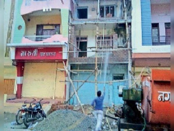 खातेगांव। नगर परिषद के कर्मचारी सैनिटाइजर का छिड़काव करते हुए। - Dainik Bhaskar