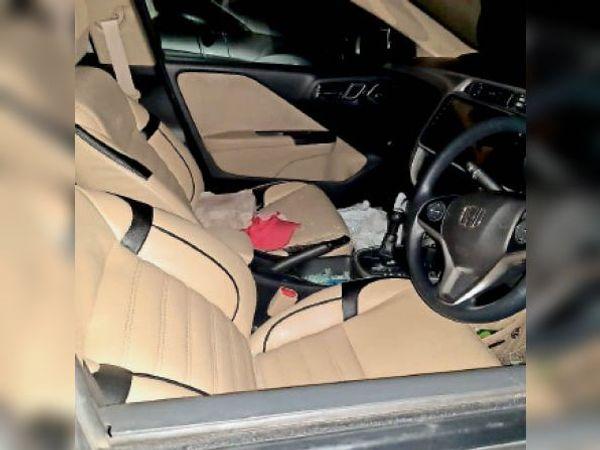 पत्थर मारकर तोड़ा कार का शीशा व मेडिकल कराते सेनेटरी इंस्पेक्टर फूलकुमार। - Dainik Bhaskar