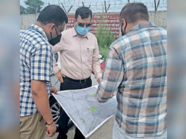 कैंट में घरेलू हवाई अड्डा बनाने के लिए जगह का नक्शा देखते डीसी अशोक कुमार। - Dainik Bhaskar