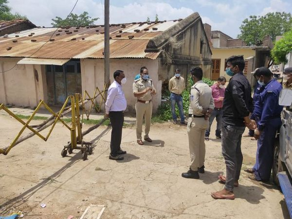 मेघनगर के पास खच्चरटोड़ी में कंटेनमेंट एरिया का निरीक्षण करने पहुंचे अफसर। - Dainik Bhaskar