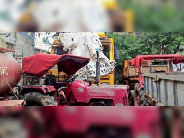 होशंगाबाद। नगर पालिका फायर स्टेशन में खड़ी कचरा फेंकने वाली खराब कांपेक्टर मशीन। - Dainik Bhaskar