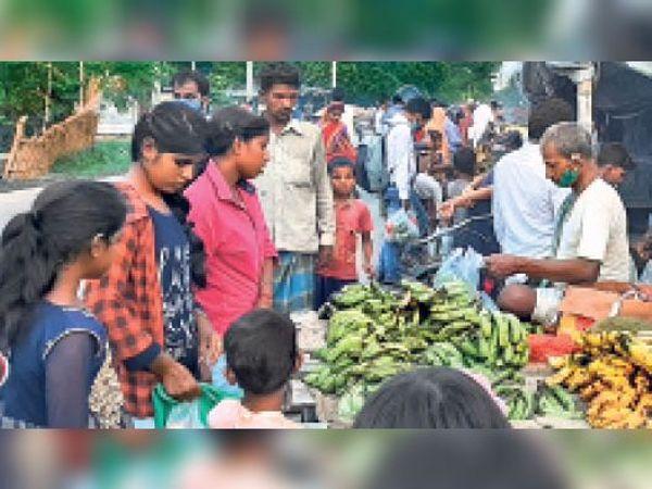 विजय नगर चौक पर सब्जी की खरीदारी करने लगी लोगों की भीड़। - Dainik Bhaskar