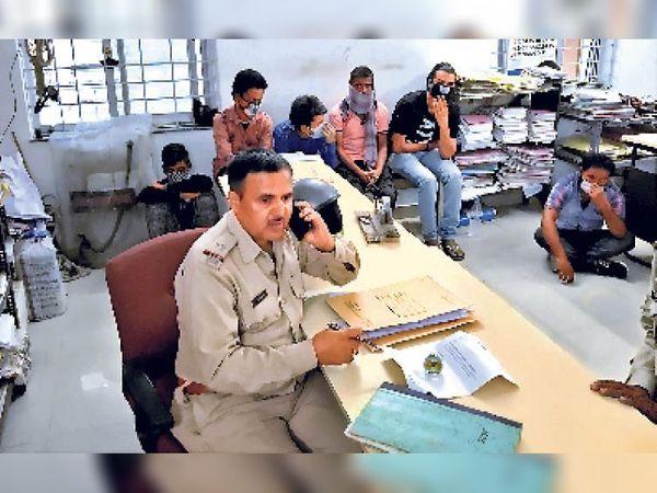 रांची के कोतवाली थाना में थानेदार ने मास्क नहीं पहना था, पर चोरी के आरोपी मास्क लगाए बैठे थे। - Dainik Bhaskar