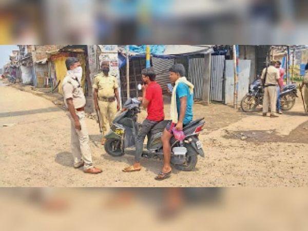 वाहन की जांच करती पुलिस। - Dainik Bhaskar
