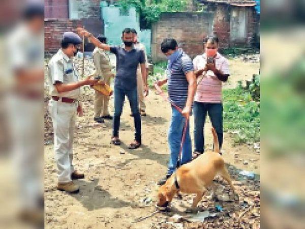 इशाकचक में खोजी कुत्ते की मदद से शराब की तलाश करते थानेदार। - Dainik Bhaskar