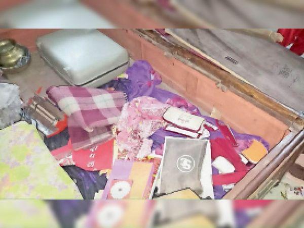 काशीनाथ चौधरी के आवास में यूं बिखरे पड़े थे सामान। - Dainik Bhaskar