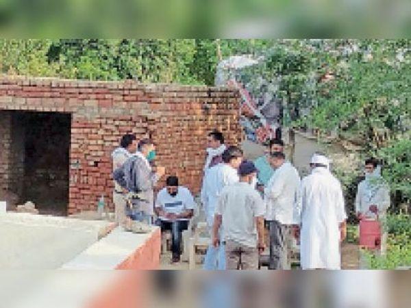 डबल मर्डर की सूचना पर मौके पर पहुंची चौपटा पुलिस कार्रवाई करते । - Dainik Bhaskar