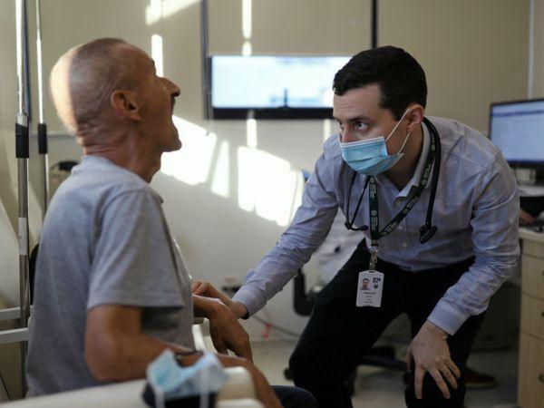 ब्राजील के साओ पाउलो में 9 जुलाई को मरीज की जांच करता स्वास्थ्यकर्मी। मंगलवार को यहां संक्रमण के 40 हजार से ज्यादा केस आए।