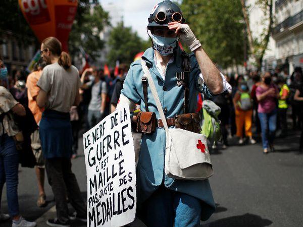 फ्रांस की राजधानी पेरिस में मंगलवार को प्रदर्शन करते मेडिकल वर्कर्स।