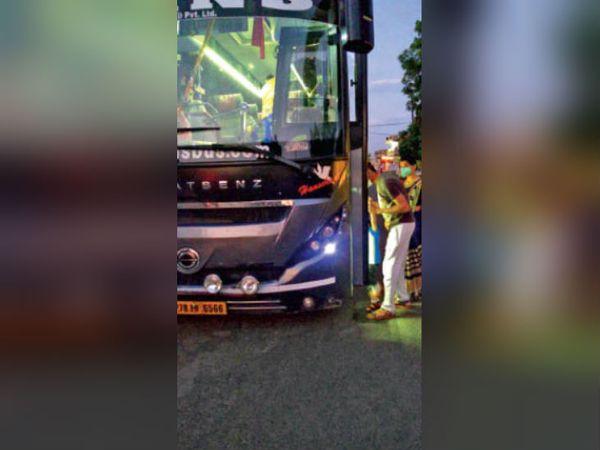 गुपचुप तरीके से बसों का किया जा रहा है संचालन। - Dainik Bhaskar