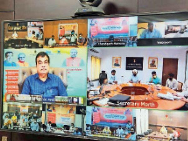 गुड़गांव. वीडियो कॉन्फ्रेंसिंग उद्घाटन कार्यक्रम में केंद्रीय मंत्री नितिन गडकरी, साथ मे जिला स्तर पर मौजूद अधिकारी। - Dainik Bhaskar
