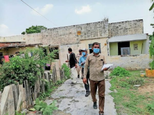 यमुनानगर। रेलवे कॉलोनी में क्वार्टरों की जांच करने पहुंची टीम। - Dainik Bhaskar