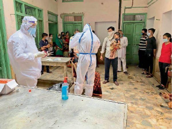 रेवाड़ी के कायस्थवाड़ा में सेंपलिंग करती डॉ. विजय डबास की टीम। - Dainik Bhaskar