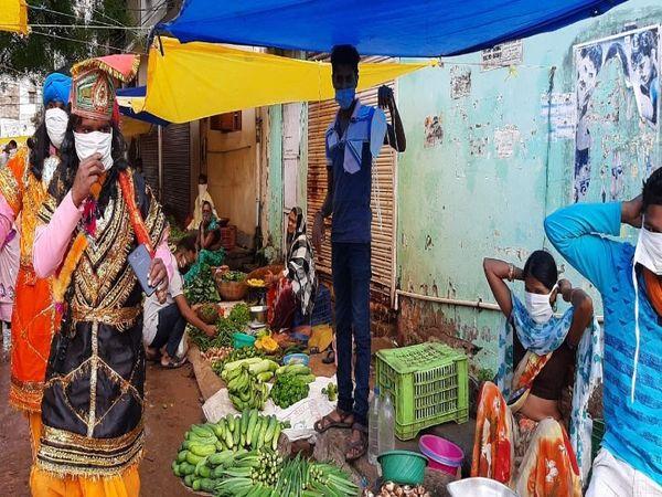 बाजारों में मास्क के लिए कार्रवाई और जागरूकता भी। - Dainik Bhaskar