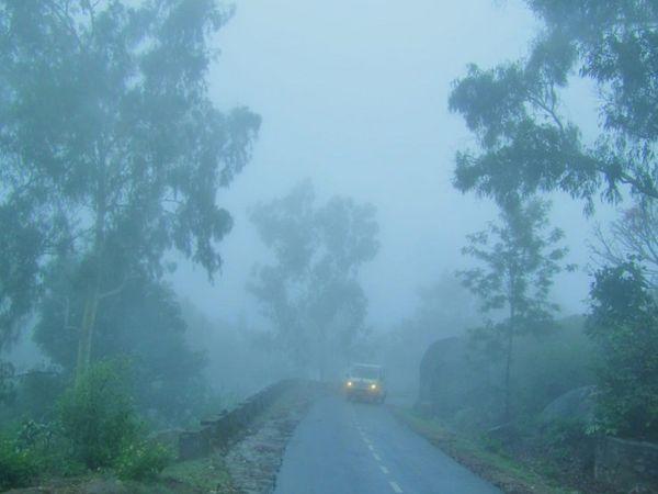 हिल स्टेशन माउंट आबू की वादियों में बादल उतर आए, जिससे विजिबिलिटी एकदम कम रही। वहीं रिमझिम बारिश के दौरान मौसम भी सुहाना बना रहा, जिसमें यहां पहुंचे पर्यटकों ने घुमने-फिरने का लुत्फ उठाया। - Dainik Bhaskar