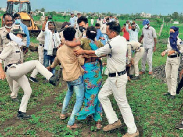 जब परिवार के लोग विरोध करने लगे तो पुलिस ने लाते तक मारीं, किसान राजकुमार की पत्नी को कीटनाशक पीने के बाद बेहोश होने पर इस तरह से ले जाती दिखी महिला पुलिसकर्मी। - Dainik Bhaskar