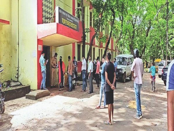 सीएमएचओ ऑफिस में कोरोना जांच की गई। - Dainik Bhaskar