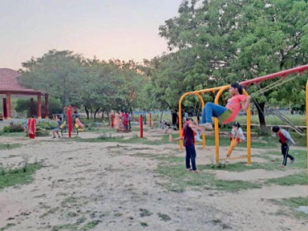 जींद. गोहाना रोड स्थित पार्क में डी प्लान के तहत लगे झूलों व ओपन जिम। - Dainik Bhaskar