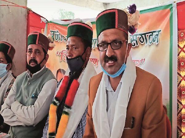 पत्रकार वार्ता करते राजीव गांधी पंचायती संगठन प्रदेशाध्यक्ष दीपक राठौर। - Dainik Bhaskar