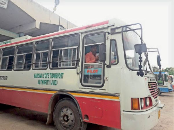 जींद. बस स्टैंड परिसर में बिना मास्क के बस चलाता निजी चालक। - Dainik Bhaskar