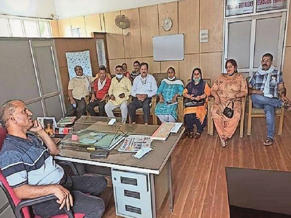 स्थानीय नगर परिषद की बैठक के बाद ईओ केएल ठाकुर के साथ नुमाइंदे - Dainik Bhaskar