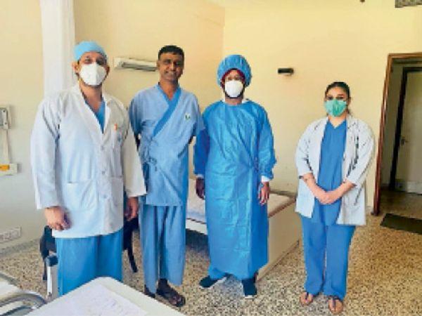 डॉक्टरों ने मंगलवार को एसएचओ नीरज कुमार को डिस्चार्ज कर दिया। - Dainik Bhaskar