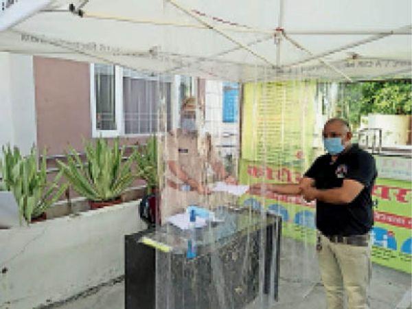 करनाल. कोरोना माहमारी के समय में संक्रमण से बचने के लिए थानों में प्लास्टिक से बने टैंट से पुलिस कर्मचारी को शिकायत देता व्यक्ति। - Dainik Bhaskar