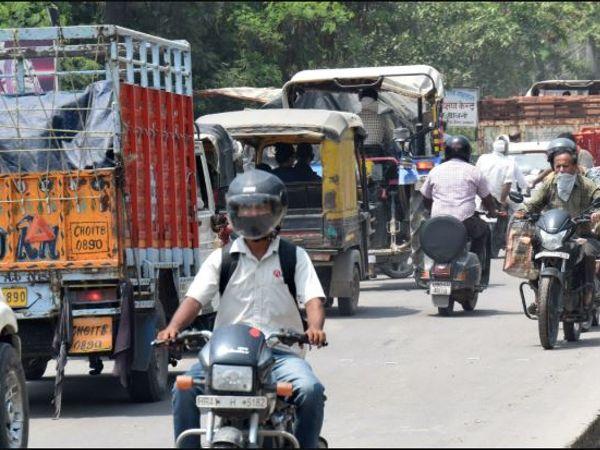 अम्बाला | जगाधरी रोड पर गोबिंद नगर चौक से एसडी विद्या स्कूल के बीच जाम में फंसे वाहन चालक। - Dainik Bhaskar