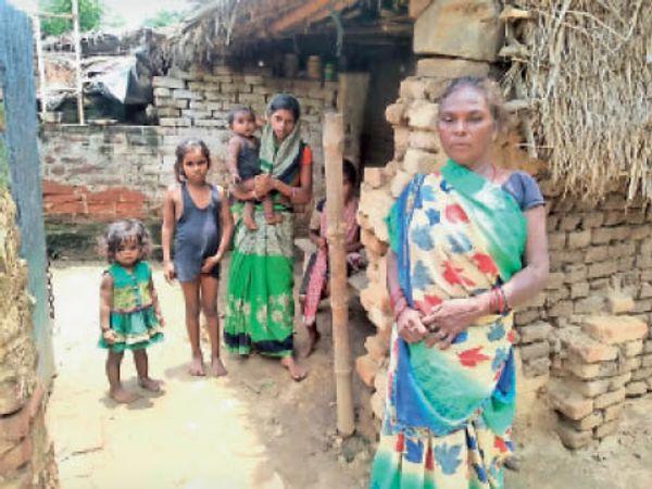 बबूल यादव की मौत की खबर सुनकर शोकाकुल परिवार। - Dainik Bhaskar