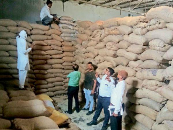 करनाल. सरकारी धान की मिलिंग करने वाले राइस मिलों की फिजिकल वेरिफिकेशन करती टीम। फाइल फोटो - Dainik Bhaskar