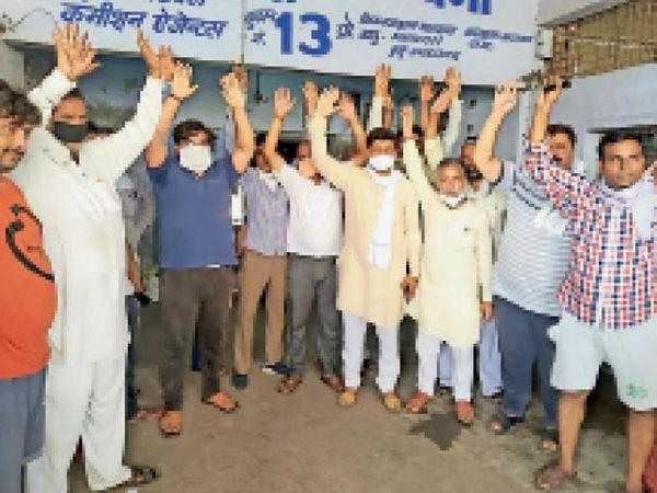 एसडीएम द्वारा भाजपा नेता अशोक सैनी का चालान काटने के बाद मीटिंग में नारेबाजी कर एकता दिखाते सब्जी मंडी के आढ़ती। - Dainik Bhaskar