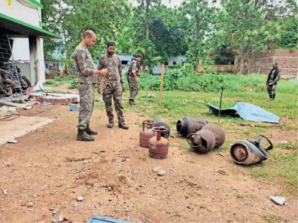 बरकेला में सिलेंडर बम को इकठ्ठा करते स्पेशल टीम के सदस्य। - Dainik Bhaskar