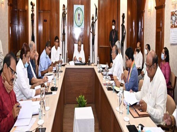 सीएम भूपेश बघेल ने मंगलवार को कैबिनेट की बैठक ली। बैठक में सभी मंत्रियों के साथ मुख्य सचिव आरपी मंडल, एसीएस अमिताभ जैन, सुब्रत साहू के साथ सीएम की उपसचिव सौम्या चौरसिया भी उपस्थित थी। - Dainik Bhaskar