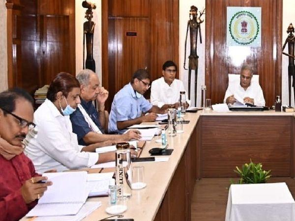 तस्वीर रायपुर की है। मुख्यमंत्री निवास में यह बैठक हुई। - Dainik Bhaskar