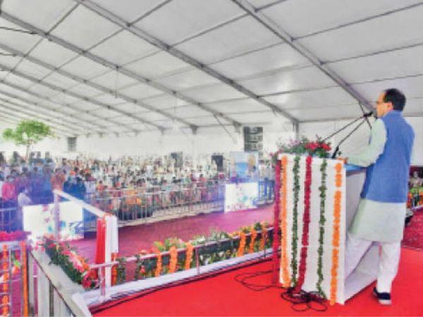 शिवराज ने हाटपीपल्या उपचुनाव के प्रचार की शुरुआत करते हुए स्थानीय कार्यकर्ताओं की बैठक ली। - Dainik Bhaskar