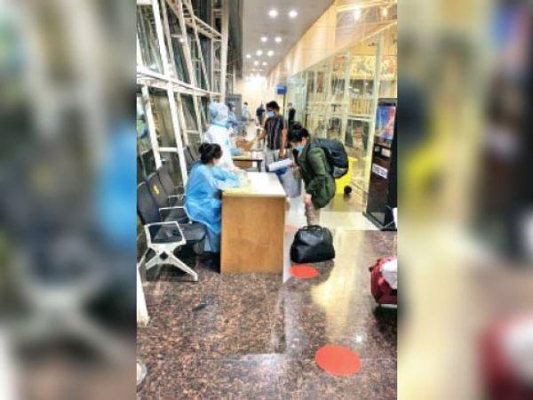{यूक्रेन से आए यात्रियों की एयरपोर्ट पर स्क्रीनिंग की गई। - Dainik Bhaskar