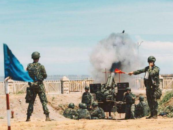 ताइवान के सैनिक इसी हफ्ते ताइचुंग में हुए मिलिट्री ड्रिल के दौरान  155 एमएम हॉवित्जर तोप चलाते हुए। ताइवान ने दक्षिण चीन सागर में किसी भी हमले से निपटने की तैयारियां शुरू कर दी है।-फाइल फोटो - Dainik Bhaskar